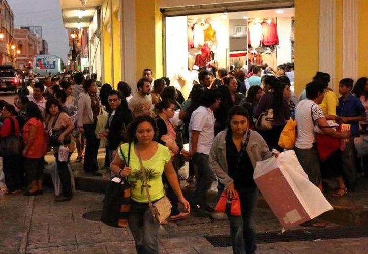 Algunas tiendas lanzaron venta 'Especial por Aguinaldo' y desataron embotellamientos en los alrededores. (SIPSE)