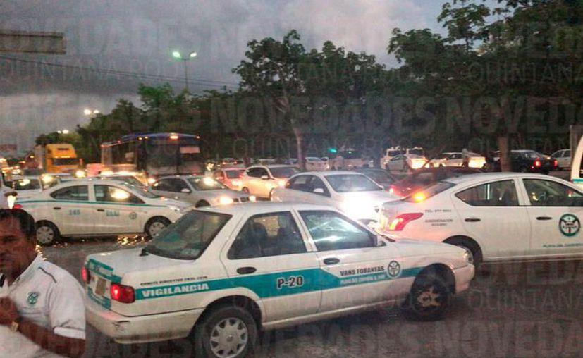 Taxistas paralizan desde Playa del Carmen hasta zona hotelera de Cancún. (SIPSE)