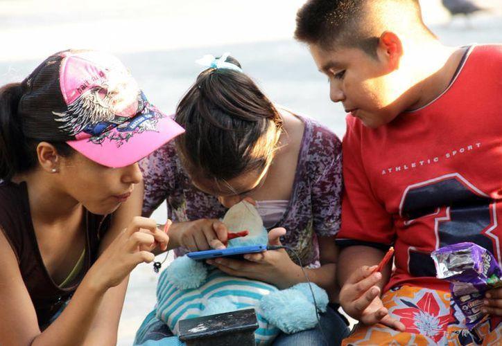 Teléfonos celulares y juegos de vídeo como regalo para los niños. (Milenio Novedades)