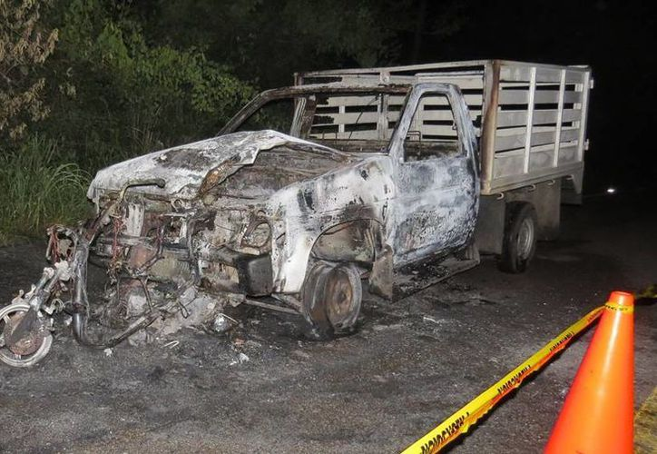 Totalmente calcinados quedaron los dos vehículos, luego de que el camión chocara la moto y la arrastrara por más de 200 metros. (Milenio Novedades)