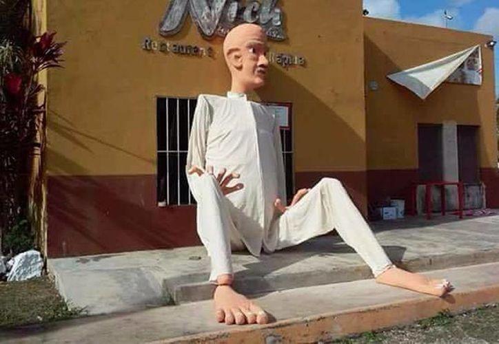 """El """"Viejo 2015"""" mide más de 5 metros de altura y lo confecionó la familia Guerrero Dzul en honor su hijo fallecido Irmin Gaspar. El muñeco será quemado este jueves por la noche en Acanceh. (Facebook)"""