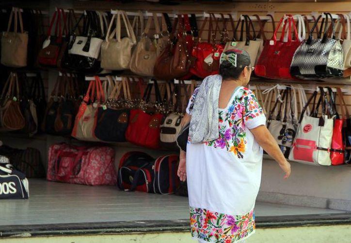 En el centro de Mérida varios establecimientos laboraron ayer con su horario habitual. (José Acosta/SIPSE)