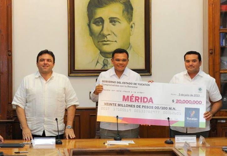 Firman el gobernador Rolando Zapata y el alcalde Mérida, Renán Barrera un convenio por 50 mdp para obras viales en la ciudad. (Cortesía)