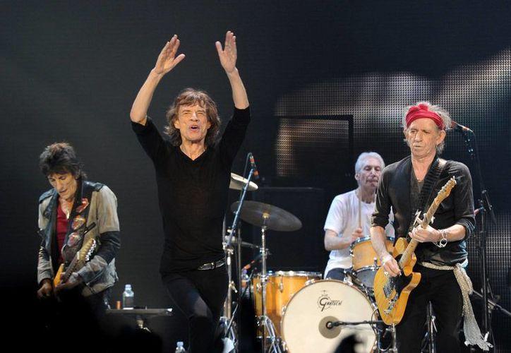 El cantante Mick Jagger (con los brazos en alto), vocalista y líder de la banda The Rolling Stones, será papá por octava ocasión. (mickjagger.com)