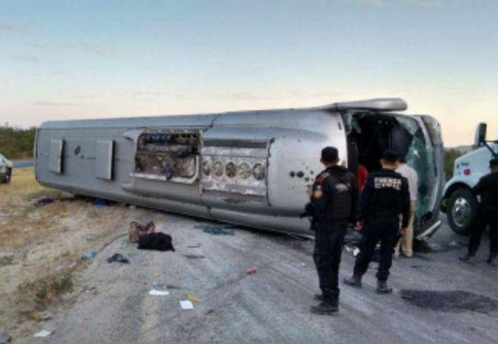Al volcar, la unidad 4647 de la Línea Futura quedó sobre los dos carriles de la Carretera Nacional. (Foto: @JLANoticias)