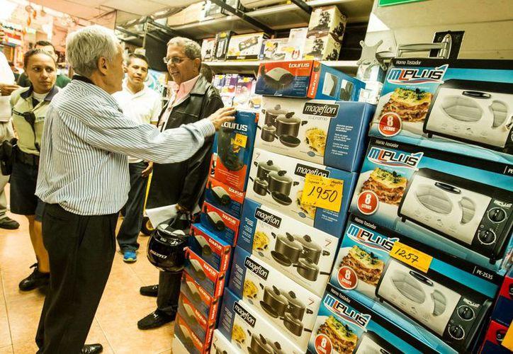 Un grupo de personas realiza compras de electrodomésticos el 12 de noviembre del 2013, en Caracas. (EFE/Archivo)