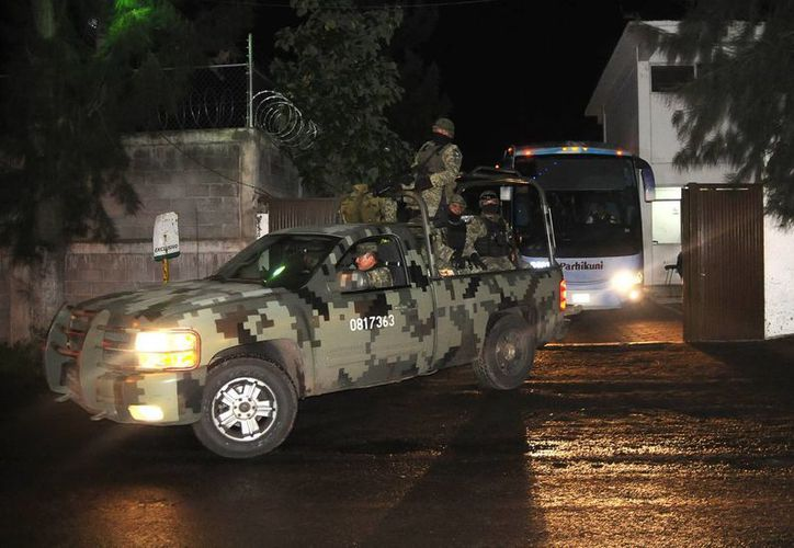 Fueron trasladados de  Lázaro Cárdenas, a la Ciudad de México,  pues existían versiones de que la comunidad intentaría rescatarlos. (Notimex)