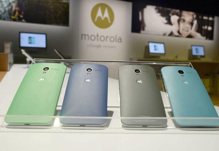 Imagen de celulares de la empresa Motorola Mobility, que ahora es parte de Lenovo. (EFE/Archivo)