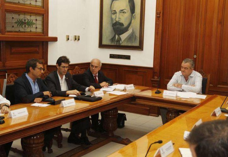 El jefe del Despacho del Gobernador, Eric Rubio Barthell, reunido con los representantes del Instituto Francés de América Latina (IFAL). (SIPSE)
