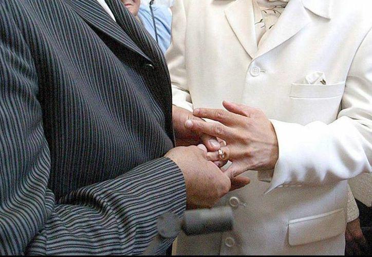 """La sede de la boda masiva será el restaurante """"El Anzuelo"""", ubicado en la bahía de Santa Lucía, en Playa Hornos, en el centro del puerto, a las 6 de la tarde. Imagen de una pareja gay al momento de su matrimonio. (Archivo/SIPSE)"""
