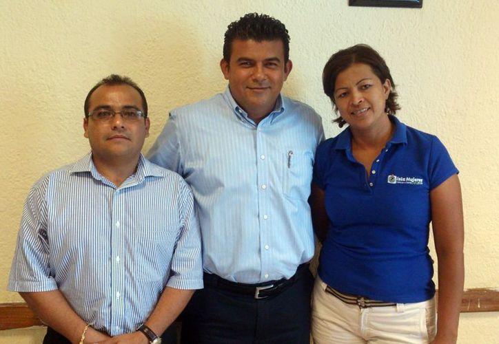 Jacinto Ríos Nájera, director del DIF municipal, y Fabiola Vicencio Jiménez, secretaria particular de la presidencia, y el secretario general de la Comuna. (Lanrry Parra/SIPSE)