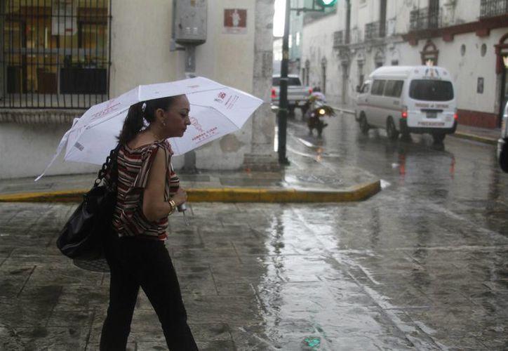 El Servicio Meteorológico Nacional está pendiente de la posible formación de huracanes en tres zonas de México. Mientras tanto , en Mérida, Yucatán, cayó una fuerte lluvia este viernes por la tarde. (Jorge Acosta/SIPSE)