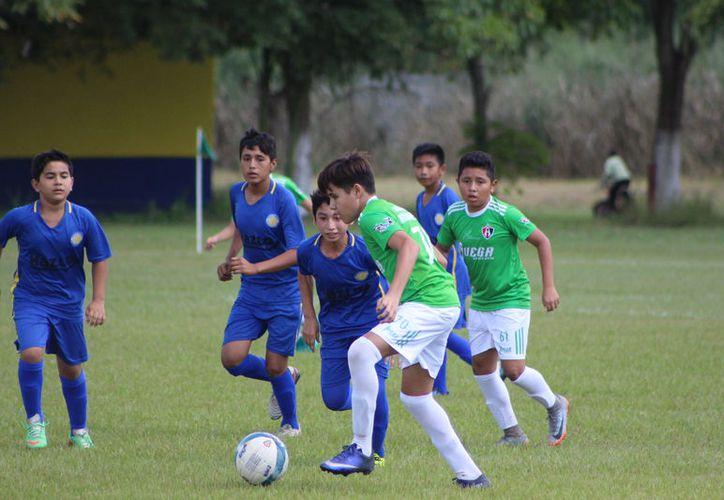 La unidad deportiva de la Sección 136 del ingenio fue el escenario donde el cuadro de la Ribera recibió a la Academia Atlas de Mérida. (Miguel Maldonado/SIPSE)