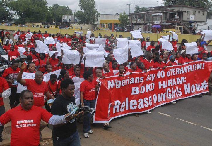Varias personas participan en una manifestación para recordar el caso de las niñas secuestradas por la milicia radical islámica Boko Haram en Abuja, Nigeria. (Archivo/EFE)