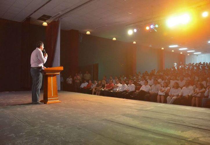 800 asistentes se dieron cita en el auditorio del Colegio Mayaland. (Cortesía/SIPSE)
