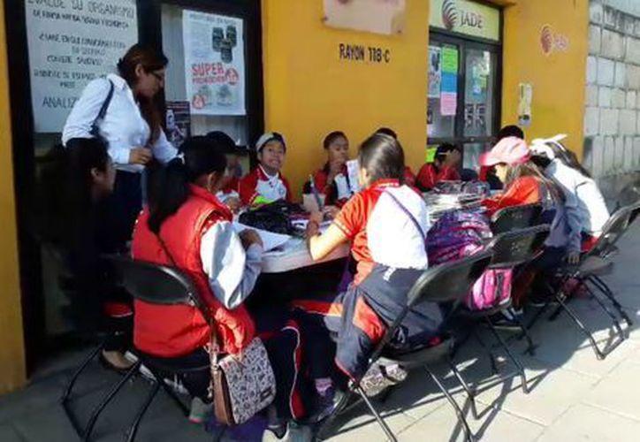 Padres y maestros de la primaria Pestalozzi, acordaron que los 288 alumnos tomaran clases en la calle. (Foto: Milenio)