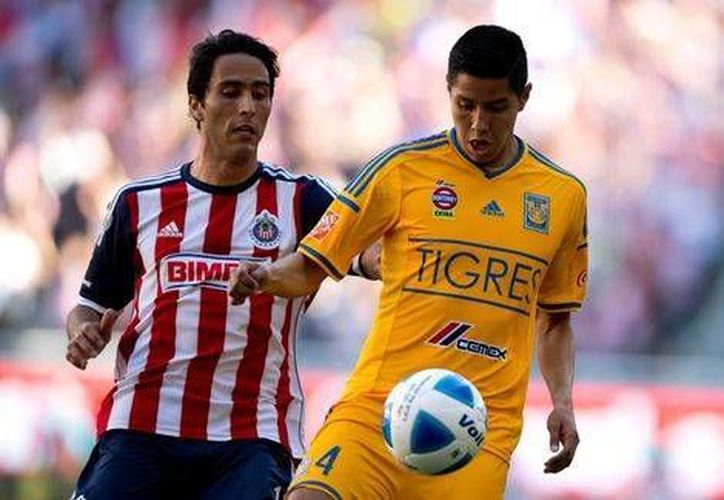 Aldo de Nigris y Hugo Ayala en las acciones del Chivas vs Tigres este sábado en Monterrey. (Mexport)