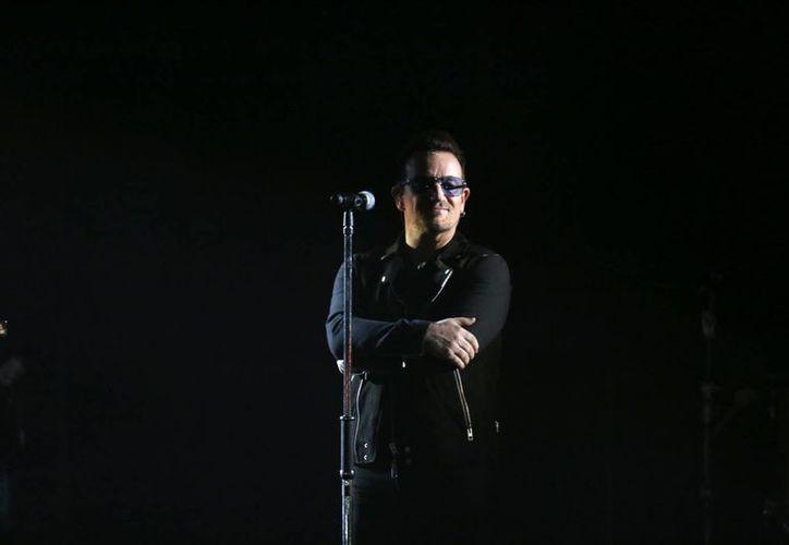Bono, quien cantará al lado de otros artistas en la lucha contra el ébola, aparece en esta foto durante su reciente participación en la entrega de premios MTV de Europa. (Foto:AP)