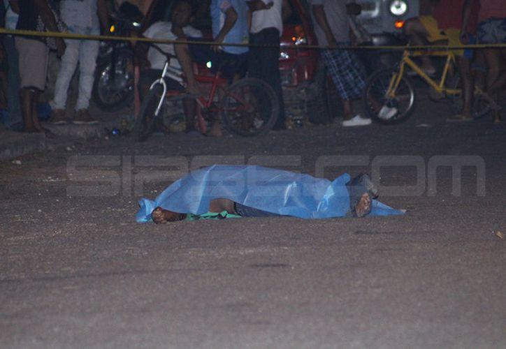 """El cadáver de """"Changoleón"""" quedó en medio de la calle.  (Martín González/SIPSE)"""