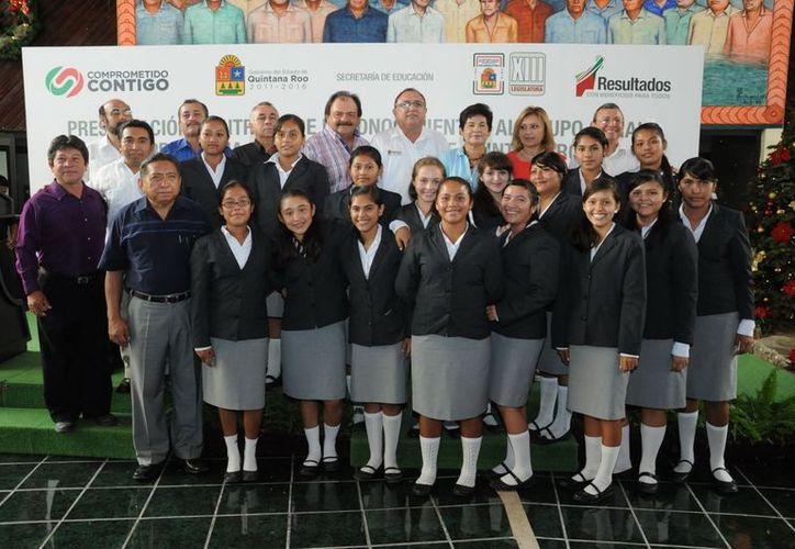 """Autoridades participantes y alumnos del grupo coral de la escuela """"Vicente Guerrero"""". (Cortesía/SIPSE)"""