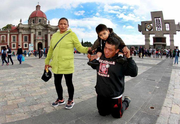 El impacto que causa la 'Virgen del Tepeyac' no es únicamente a nivel nacional. En la foto, un peregrino cerca de la Basílica. (Notimex)