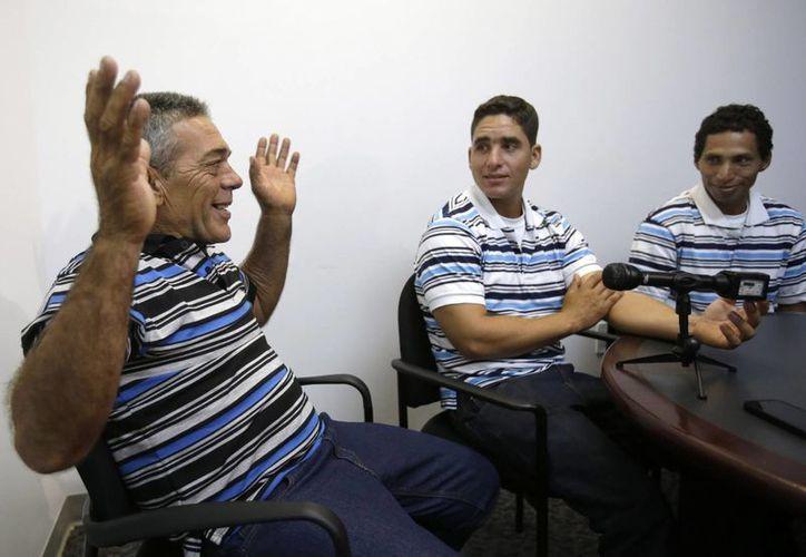 """Entusiasmados por haber llegado a tierra firme y alcanzar """"la libertad"""" los hombres contaron su viaje de 10 días desde Cuba hasta Estados Unidos. (Foto: Wilfredo Lee/ AP)"""
