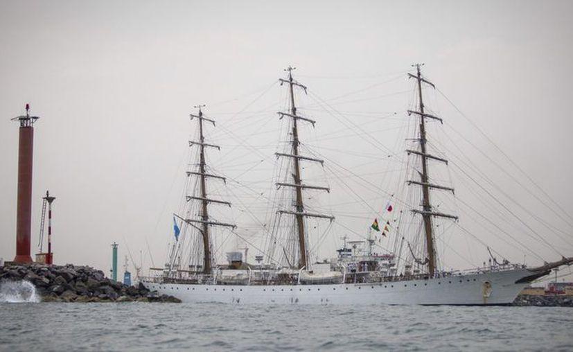 """La fragata argentina """"Libertad"""" abandonó este miércoles el puerto de Tema, en Ghana, donde fue retenida desde el 2 de octubre. (EFE)"""