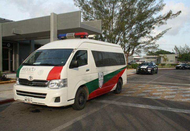 Los cubanos fueron trasladados al aeropuerto en una vagoneta. (Harold Alcocer/SIPSE)