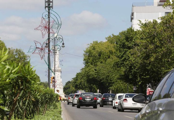 El Paseo de Montejo es uno de los sitios de Mérida que ya lucen decoración navideña. (SIPSE)