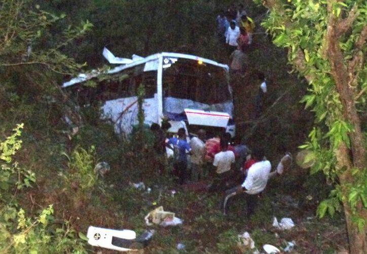 Los restos del autobús después de caer por un desfiladero en el Estado de Himachal Pradesh. (EFE)