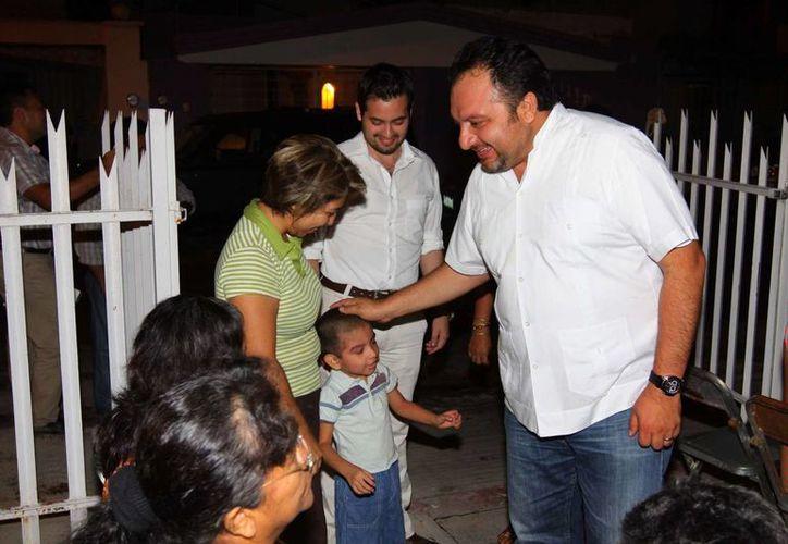 El diputado Francisco Torres Rivas saluda a vecinos de Chuburná. (Cortesía)