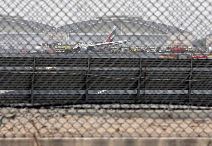 El avión Boeing 777 en el aeropuerto de Dubai después de que un aterrizaje forzoso, en Dubai, Emiratos Árabes Unidos. La aerolínea confirmó que no hubo víctimas. (Foto AP / Jon Gambrell)