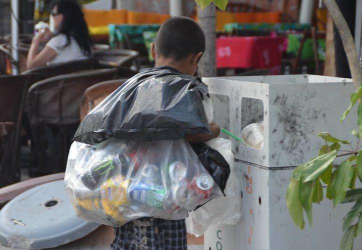 En Playa del Carmen todavía se ve a niños que recogen latas y piden dinero en las calles. (Adrián Barreto/SIPSE)