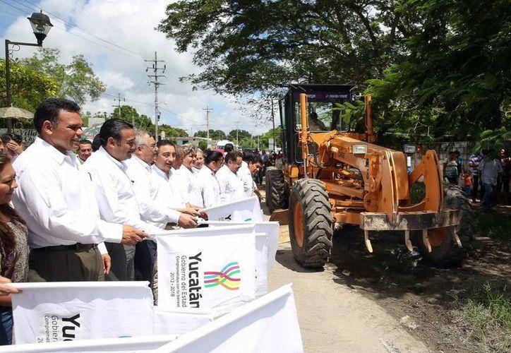 El gobernador Rolando Zapata Bello durante el arranque de las obras carreteras. (Milenio Novedades)