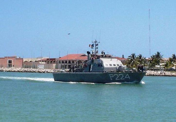 Elementos de la Secretaría de Marina rescataron y remolcaron la embarcación Marinos hasta el puerto de Yucalpetén. (Archivo/SIPSE)