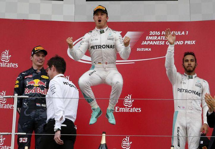 El piloto alemán Nico Rosberg (al centro) anunció su retiro de la Fórmula 1, tras coronarse campeón de la categoría. (Archivo/AP)