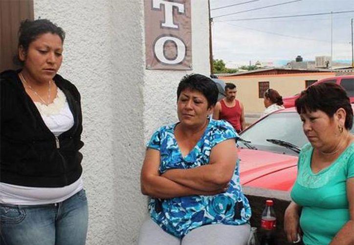 Familiares de Cristopher Raymundo Márquez Alvarado se reunieron en la funeraria Nueva Luz, en la colonia Ávalos, para velar al menor. (omnia.com.mx)