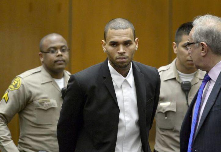 El juez optó por dejar a Chris Brown en prisión hasta el 23 de abril. (EFE)