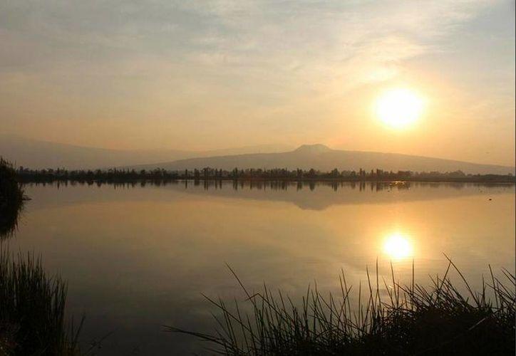 Hace 150 años, se desplazaban por lo menos tres buques de vapor en las aguas dulces del lago de Chalco. Hoy el agua regresa a su sitio.(Twitter/@GustavoRenteria)