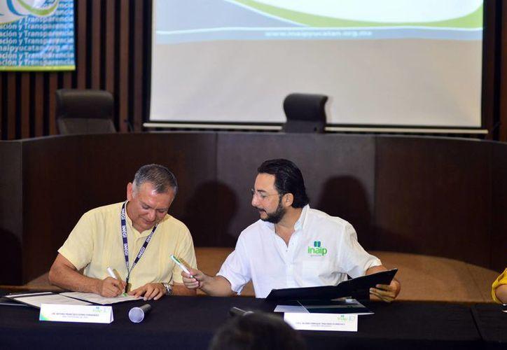 Representantes del Inaip y el Inegi firmaron el acuerdo para el acceso a los servicios de información. (Milenio Novedades)