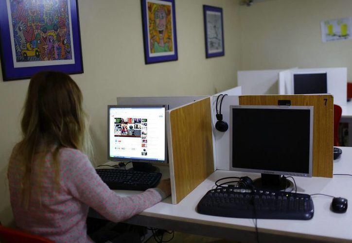 Una ciudadana turca navega por el canal de vídeos Youtube, en un cibercafé de Estambul, Turquía. (EFE/Archivo)
