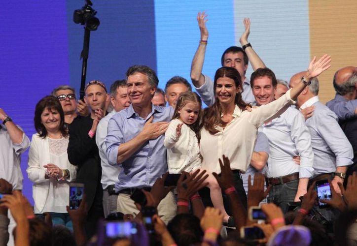 El presidente electo Mauricio Macri (c-i), saluda a seguidores junto a su mujer Juliana Awada y a su hija Antonia, en Buenos Aires, Argentina. (Archivo/EFE)