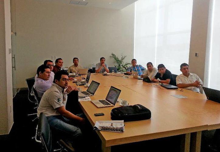 Investigadores de diversas instituciones de otros estados de la república participaron en la mesa de análisis. (Cortesía/Uqroo)