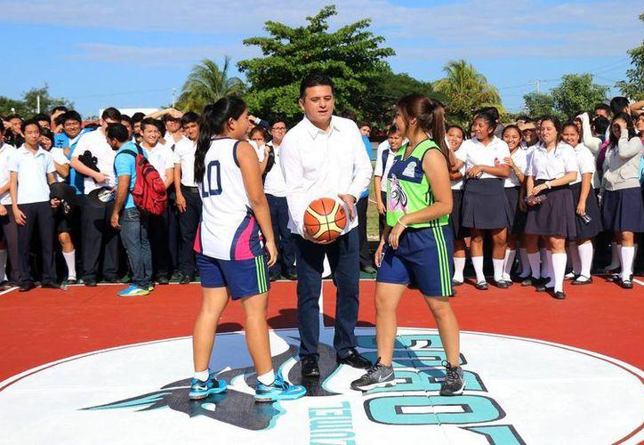 El presidente municipal de Cozumel inauguró las instalaciones remodeladas del Cobachqroo. (Cortesía)
