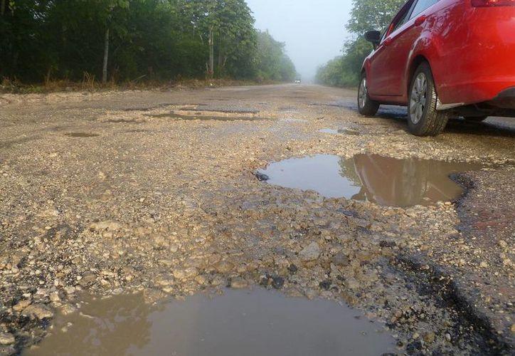 Señalan que la administración del alcalde, Luciano Sima Cab, nunca realizó ni el intento por reparar la vía. (Raúl Balam/SIPSE)