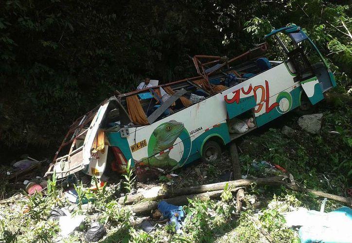 Tras caer más de 100 metros el autobús quedó sin techo a orillas del río Tarma. (EFE)