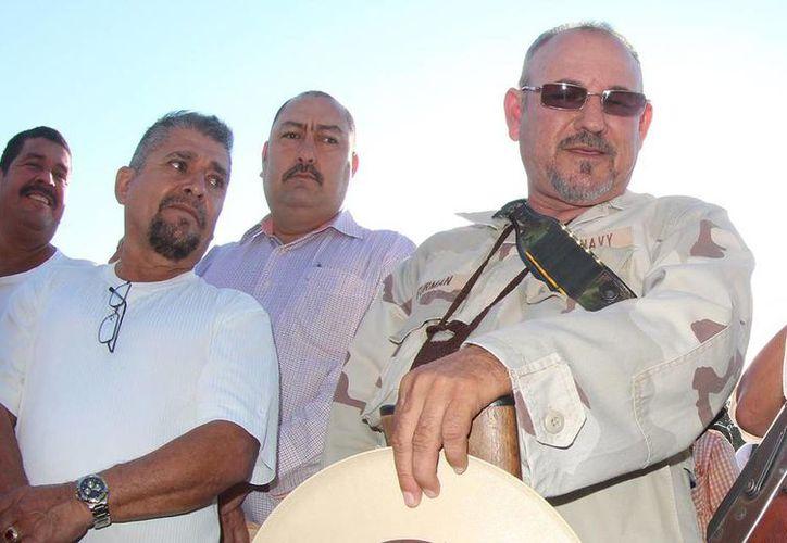 Hipólito Mora (derecha) aseguró que en el enfrentamiento de ayer en el municipio michoacano de Buenavista Tomatlán, Luis Antonio Torres, El Americano, y su gente fueron los primeros en disparar. (Foto de contexto de Notimex)