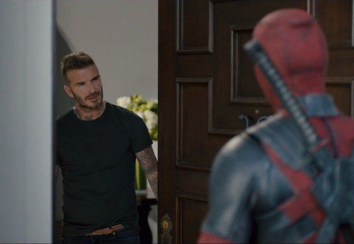 """""""No puedo estar enojado contigo"""", asimila Beckham, al mismo tiempo que abraza al personaje interpretado por Ryan Reynolds. (Foto: Captura de pantalla)."""