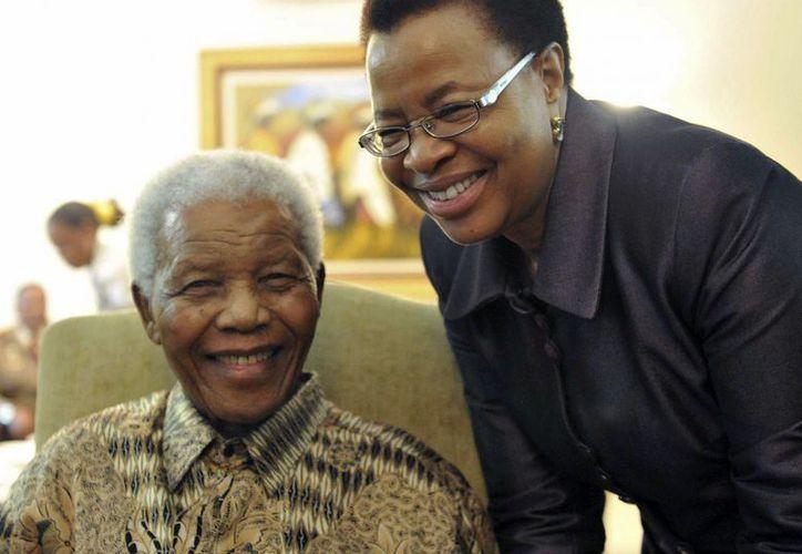 El ex presidente sudafricano Nelson Mandela y su esposa Graca Machel. (Agencias)