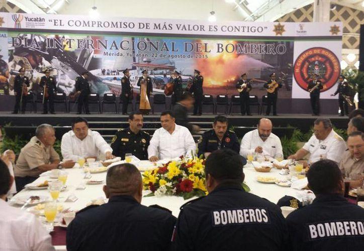 El festejo en honor al Día Internacional del Bombero es encabezado por el gobernador de Yucatán, Rolando Zapata Bello. (Candelario Robles/SIPSE)